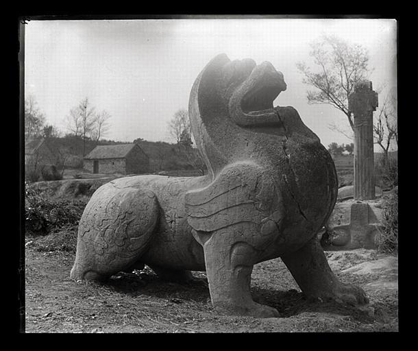 anonyme (photographe) : [Jiangsu]. Région de Nankin [Nanjing], Yao-houa men [Yaohuamen], [Ganjiaxian], allée funéraire de Siao Sieou [Xiao Xiu] (mort en 518 ap. J.-C.), lion ailé de gauche, profil droit