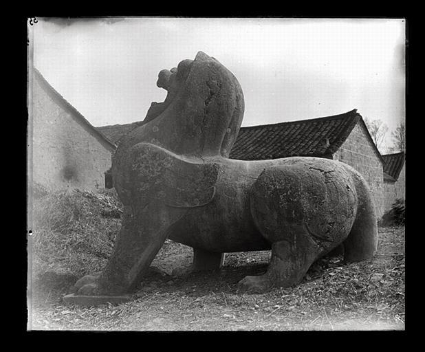 anonyme (photographe) : [Jiangsu]. Région de Nankin [Nanjing], Yao-houa men [Yaohuamen], [Ganjiaxian], allée funéraire de Siao Sieou [Xiao Xiu] (mort en 518 ap. J.-C.), lion ailé de gauche, profil gauche