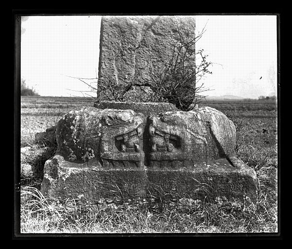 anonyme (photographe) : [Jiangsu]. Région de Nankin [Nanjing], Tan-yang [Danyang], allée funéraire de Siao Chouen-tche [Xiao Shunzhi, aussi nommé Liang Wendi] (mort en 494 ap. J.-C.), embase d'une colonne, t'ou-long [tulong]