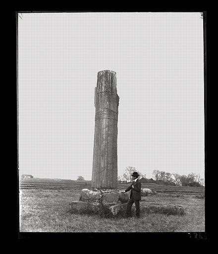 [Jiangsu]. Région de Nankin [Nanjing], Tan-yang [Danyang], allée funéraire de Siao Chouen-tche [Xiao Shunzhi, aussi nommé Liang Wendi] (mort en 494 ap. J.-C.), colonne cannelée, figurant [Victor Segalen]