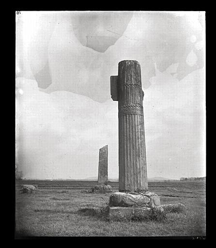 [Jiangsu]. Région de Nankin [Nanjing], Tan-yang [Danyang], allée funéraire de Siao Chouen-tche [Xiao Shunzhi, aussi nommé Liang Wendi] (mort en 494 ap. J.-C.), colonne cannelée_0