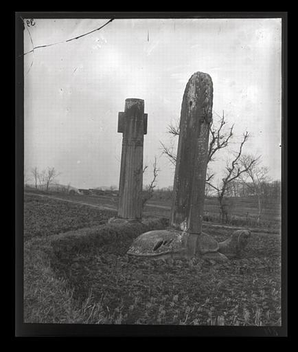 anonyme (photographe) : [Jiangsu]. Région de Nankin [Nanjing], Ki-lin men [sic], allée funéraire de Hiao Hong [Xiao Hong] (mort en 527 ap. J.-C.), stèle et colonne cannelée