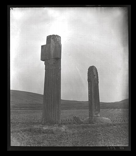 [Jiangsu]. Région de Nankin [Nanjing], Ki-lin men [sic], allée funéraire de Hiao Hong [Xiao Hong] (mort en 527 ap. J.-C.), stèle et colonne cannelée