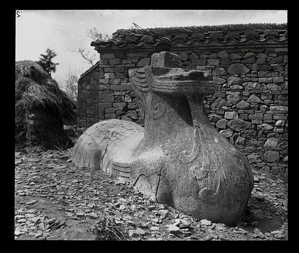 [Jiangsu]. Région de Nankin [Nanjing], Ki-lin men [sic], allée funéraire de Song Wen-ti [Song Wendi] (mort en 453 ap. J.-C.), chimère, avant le déblaiement, vue de 3/4 avant