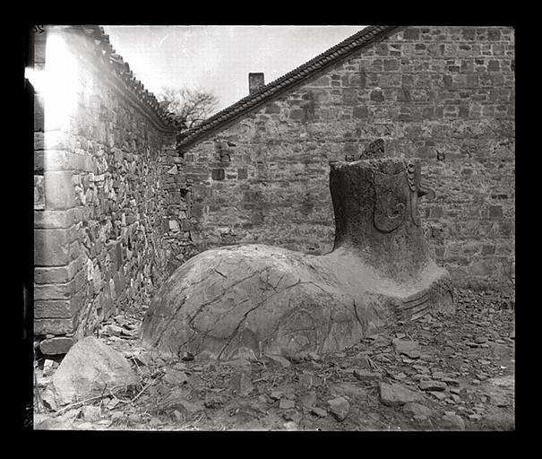 [Jiangsu]. Région de Nankin [Nanjing], Ki-lin men [sic], allée funéraire de Song Wen-ti [Song Wendi] (mort en 453 ap. J.-C.), chimère, vue de 3/4 arrière