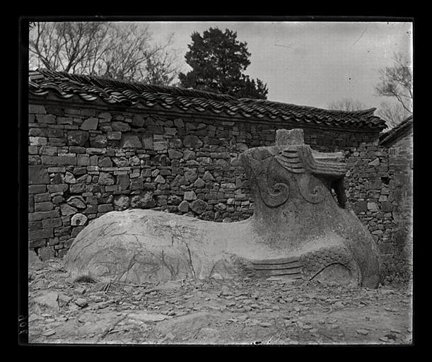 anonyme (photographe) : [Jiangsu]. Région de Nankin [Nanjing], Ki-lin men [sic], allée funéraire de Song Wen-ti [Song Wendi] (mort en 453 ap. J.-C.), chimère, profil droit