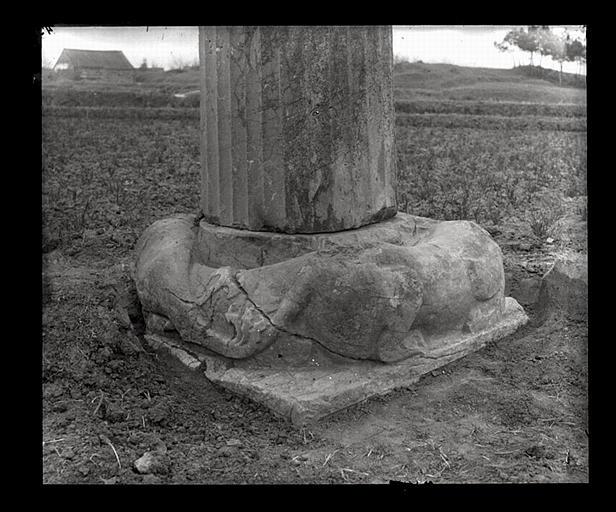 [Jiangsu]. Région de Nankin [Nanjing], Ki-lin men [sic], allée funéraire de Hiao Hong [Xiao Hong] (mort en 527 ap. J.-C.), base de la colonne cannelée de droite_0
