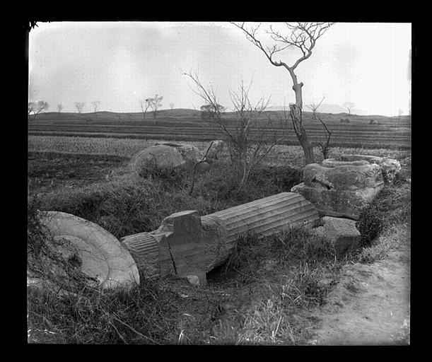 anonyme (photographe) : [Jiangsu]. Région de Nankin [Nanjing], Ki-lin men [sic], allée funéraire de Hiao Hong [Xiao Hong] (mort en 527 ap. J.-C.), ruines