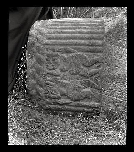 anonyme (photographe) : [Jiangsu]. Région de Nankin [Nanjing], Ki-lin men [sic], allée funéraire de Hiao Hong [Xiao Hong] (mort en 527 ap. J.-C.), grotesques [sic] de la colonne