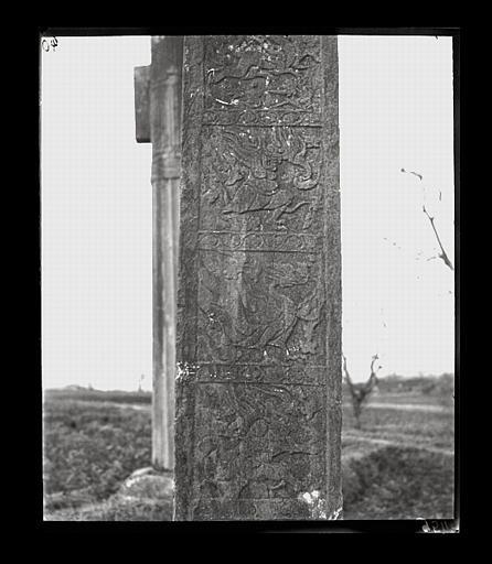 [Jiangsu]. Région de Nankin [Nanjing], Ki-lin men [sic], allée funéraire de Hiao Hong [Xiao Hong] (mort en 527 ap. J.-C.), stèle, décor de la tranche