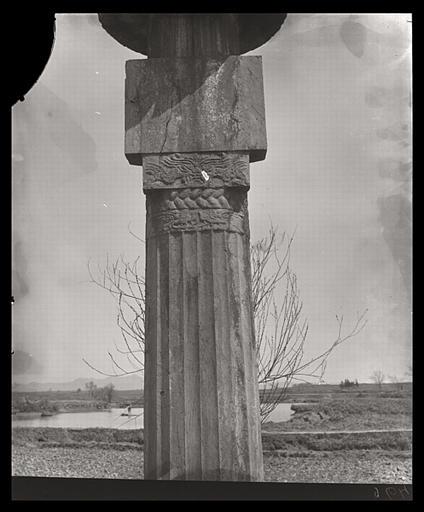 [Jiangsu]. Région de Nankin [Nanjing], [Jurong], Che-che kan [sic] [Shishicun], allée funéraire de Siao Tsi [Xiao Ji] (mort en 529 ap. J.-C.), colonne cannelée de droite, détail
