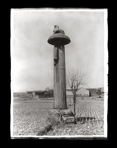 [Jiangsu]. Région de Nankin [Nanjing], [Jurong], Che-che kan [sic] [Shishicun], allée funéraire de Siao Tsi [Xiao Ji] (mort en 529 ap. J.-C.), colonne cannelée de droite, vue de profil_0