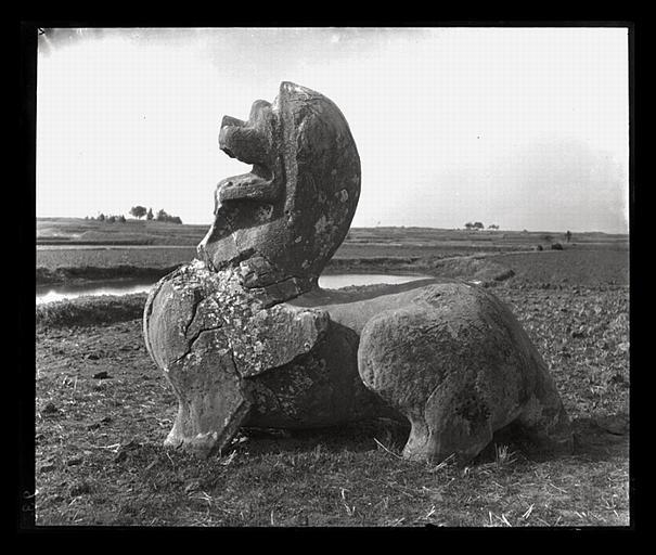 [Jiangsu]. Région de Nankin [Nanjing], [Jiangningxian], Chang-fang [Shangfang], allée funéraire de Tch'en Wou-ti [Chen Wudi] (mort en 559 ap. J.-C.), lion-chimère de droite, profil gauche