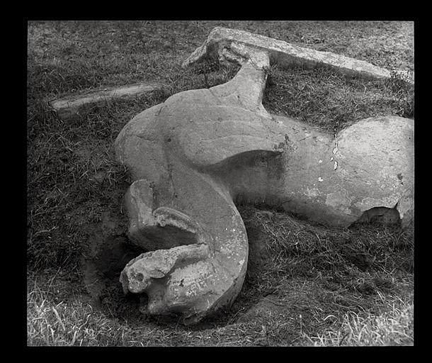 [Jiangsu]. Région de Nankin [Nanjing], Ki-lin men [sic], allée funéraire de Hiao Hong [Xiao Hong] (mort en 527 ap. J.-C.), lion ailé renversé