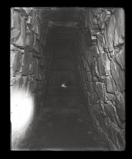 anonyme (photographe) : [Jiangsu]. Wou-si [Wuxi], tombeau d'un fils du roi de Wou [Wu] (Ve siècle avant J.-C.), fond du souterrain