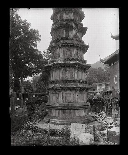 [Zhejiang]. Hang-tcheou [Hangzhou], Ling-yin sseu [Lingyinsi], base d'un stûpa_0