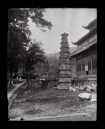 [Zhejiang]. Hang-tcheou [Hangzhou], Ling-yin sseu [Lingyinsi], deux stûpa (époque Song)