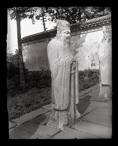 anonyme (photographe) : [Zhejiang]. Hang-tcheou [Hangzhou], tombeau de Yo Fei [Yue Fei], statue de mandarin