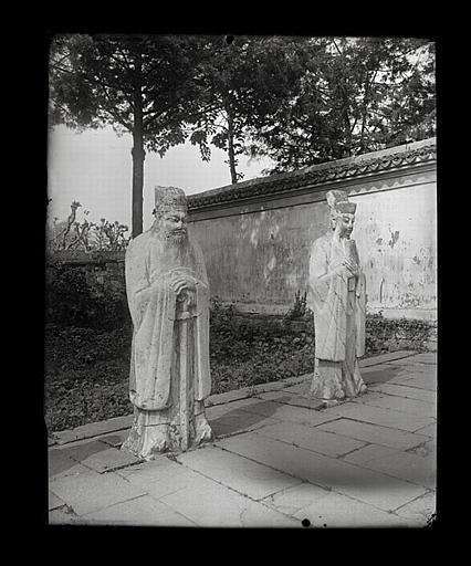 [Zhejiang]. Hang-tcheou [Hangzhou], tombeau de Yo Fei [Yue Fei], deux statues de mandarins (époque Ming)
