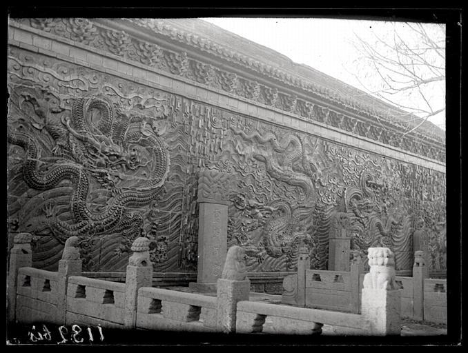 CHAVANNES Edouard : [Shanxi]. Ta-t'ong fou [Datongfu], mur en briques vernissées à l'intérieur de la ville