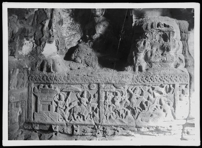 ZHOU : [Shanxi]. Yun-kang [Yungang], dernière des grottes situées à l'est du temple, bas de la paroi orientale