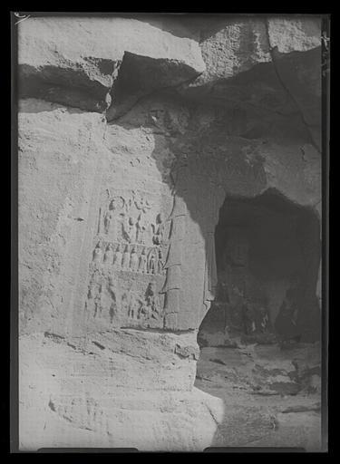 [Shanxi]. Yun-kang [Yungang], en dehors et à gauche de l'entrée de la grotte H_0