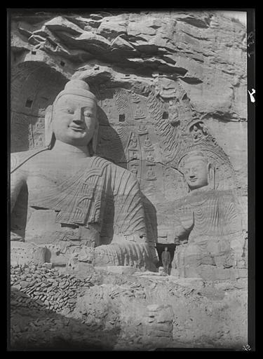 [Shanxi]. Yun-kang [Yungang], le grand Buddha vu de face