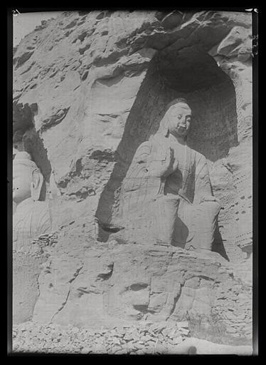 ZHOU : [Shanxi]. Yun-kang [Yungang], grotte n°18, le Buddha vu de face