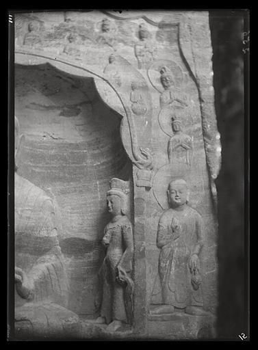 [Shanxi]. Yun-kang [Yungang], grotte n°17, bodhisattva et moine appartenant à la niche ci-dessus [cf. AP13218]_0