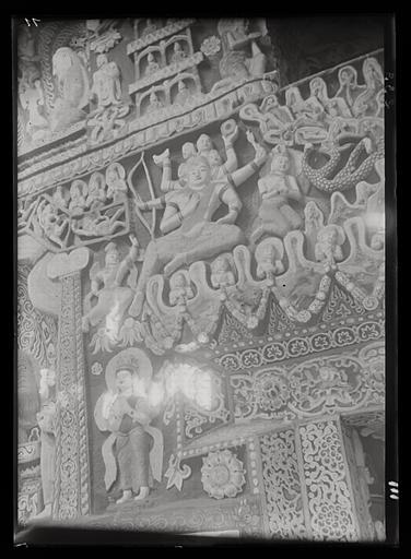 ZHOU : [Shanxi]. Yun-kang [Yungang], grotte n°6, vestibule, intervalle entre la porte et la fenêtre, côté ouest