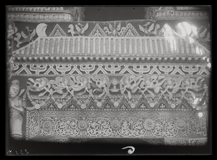 [Shanxi]. Yun-kang [Yungang], grotte n°5, vestibule, intervalle entre la porte et la fenêtre