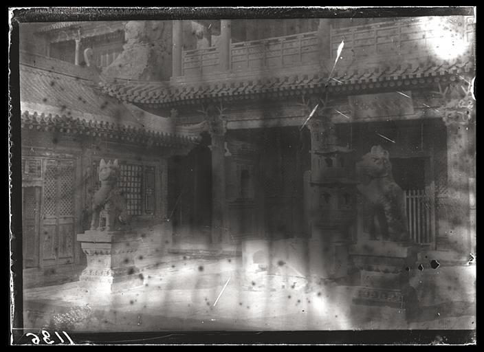 [Shanxi]. Cour du temple des Buddha de pierre à Yun-kang [Yungang]