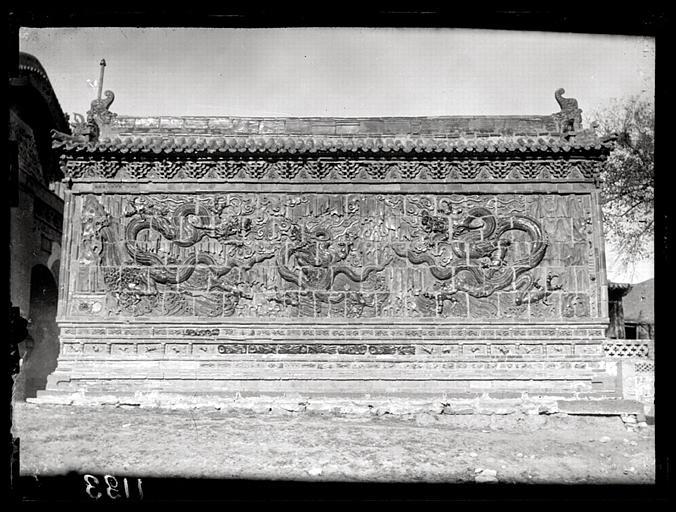[Shanxi]. Sur la route de Yun-kang [Yungang], mur en briques vernissées devant le Kouan-yin t'ang [Guanyintang] (n°1134) [cf. AP13034]