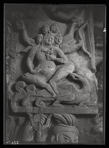 [Shanxi]. Yun-kang [Yungang], grotte n°4, embrasure de la porte, face ouest, personnage du haut