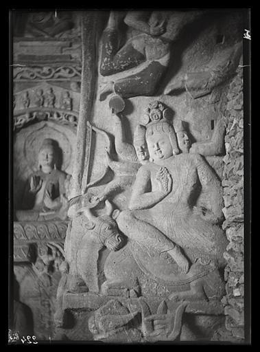 ZHOU : [Shanxi]. Yun-kang [Yungang], grotte n°4, embrasure de la porte, face est, personnage du haut