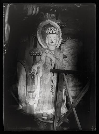 ZHOU : [Shanxi]. Yun-kang [Yungang], grotte n°2, personnage à l'un des angles du pilier central