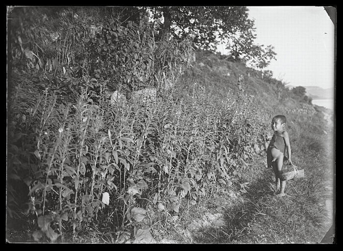 Sichuan. Jiading, Mawangdong, petit garçon portant un panier