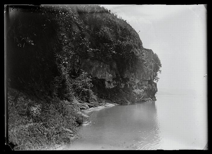 anonyme (photographe) : Sichuan. Jiading, Mawangdong, la falaise vue d'en bas; la rivière Min