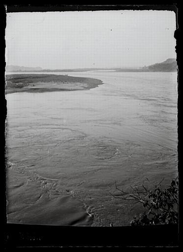 anonyme (photographe) : Sichuan. Jiading, au milieu de la rivière Min, Daosiguan