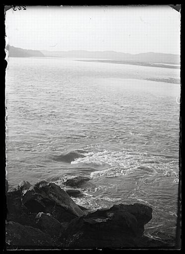 anonyme (photographe) : Sichuan. Rive droite de la rivière Min, en face de Yiguanzhang