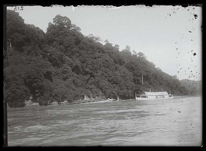 anonyme (photographe) : Sichuan. Jiading, sur la rivière Min, le 'Doudart-de-Lagrée' au mouillage