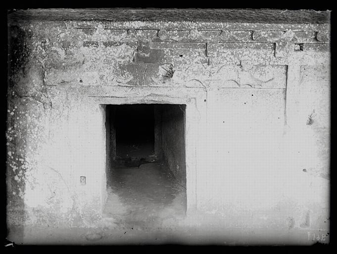 Sichuan. Qianweixian, hypogée de Huangshaqi, vestibule, entrée du couloir d'accès au caveau