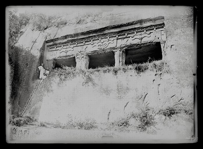 Sichuan. Qianweixian, façade d'hypogée de Huangshaqi