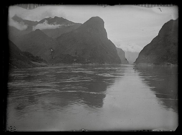 anonyme (photographe) : Hubei. Entrée des gorges de Xintan