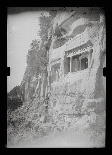 anonyme (photographe) : Shanxi. Tianlongshan, façade de grottes creusées dans la falaise, extrémité gauche