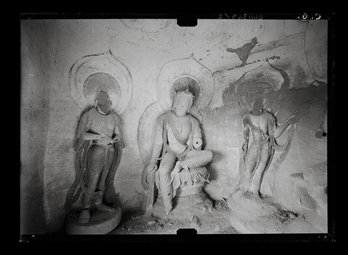 Shanxi. Tianlongshan, grotte Y, paroi gauche, vue d'ensemble, bodhisattva assis entouré de deux bodhisattva debout_0
