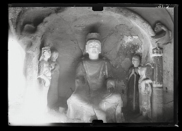 Shanxi. Tianlongshan, grotte située à gauche du grand Buddha, niche à haut-relief bouddhique, Buddha et quatre assistants_0