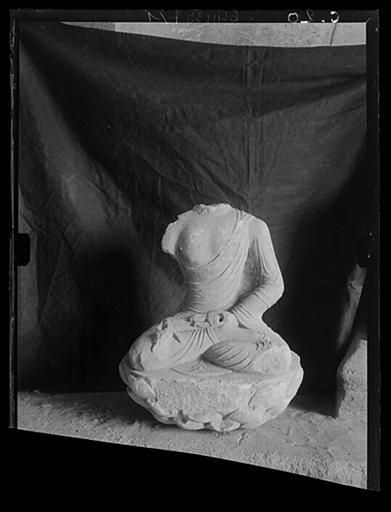 anonyme (photographe) : Shanxi. Tianlongshan, fragment de statuette bouddhique  provenant d'une grotte supérieure, Buddha assis sur un socle de lotus
