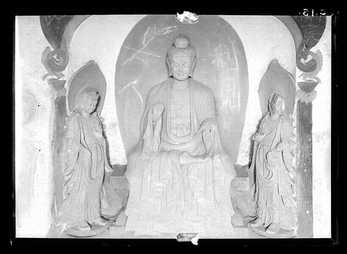 Shanxi. Tianlongshan, grotte B, paroi du fond, haut-relief, triade bouddhique