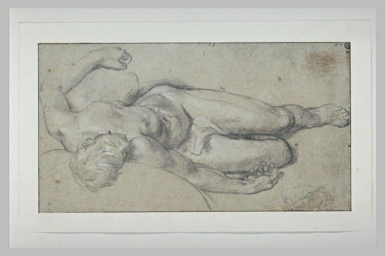 Homme nu, couché, en raccourci, vu à partir de la tête
